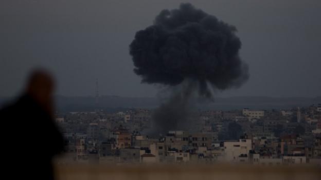 Nach einem israelischen Luftangriff in Gaza City am Sonntag, 5. Mai 2019, steigt Rauch auf.