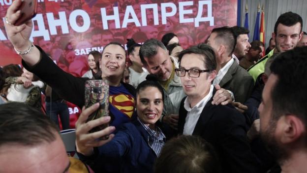Stevo Pendarovski feiert seinen Wahlsieg in Nordmazedonien.