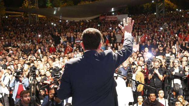 Der neue Bürgermeister zeigte sich am späten Abend vor tausenden Anhängern