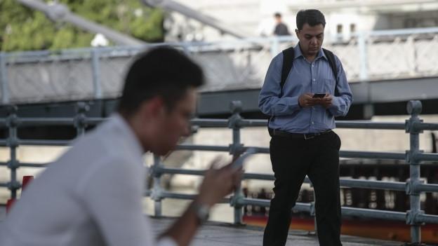 Zwei Männer mit Smartphone