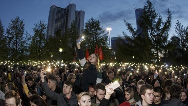 Zu sehen ist der Protest mit Handy-Taschenlampen gegen den Bau einer russisch-orthodoxen Kirche in Jekaterinburg..