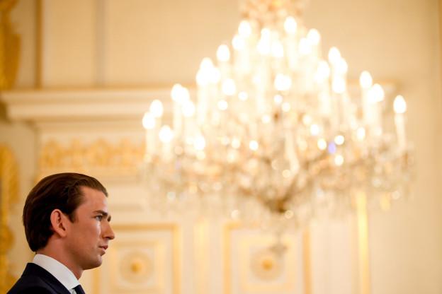 Bundeskanzler Sebastian Kurz unter einem Kronleuchter.