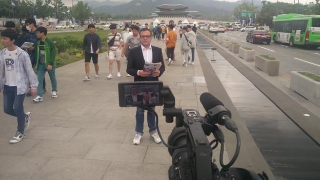 Zu sehen ist SRF-Korrespondent Pascal Nufer bei seiner Arbeit.