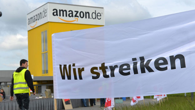 Mitarbeiter von Amazon, dem grössten Versandhändler der Welt, streiken ausserhalb des Logistikzentrums in Bad Hersfeld, Deutschland, für bessere Löhne und Arbeitsbedingungen.