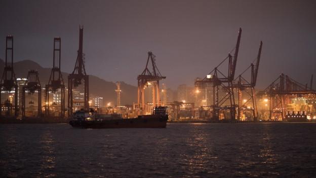 Container-Terminal in Hong Kong bei Nacht im März 2019.
