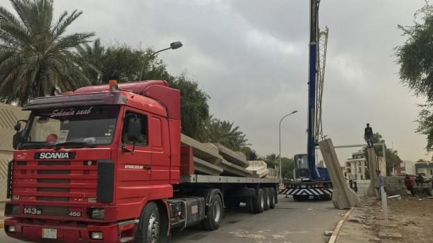 Irakische Sicherheitskräfte bauen Betonmauern an der Grünen Zone ab.