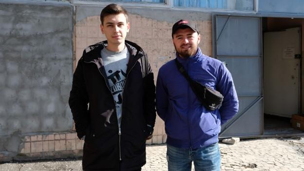 Zwei junge Ukrainer, die auswandern wollen.