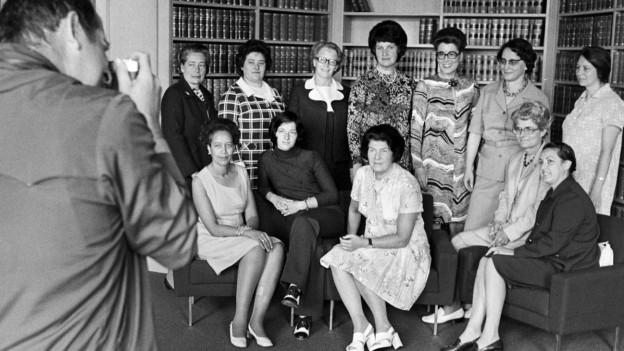 Gruppenfoto der ersten Nationalrätinnen aus dem Jahr 1972. Links vorne im Bild: Die Neuenburgerin Tilo Frey.