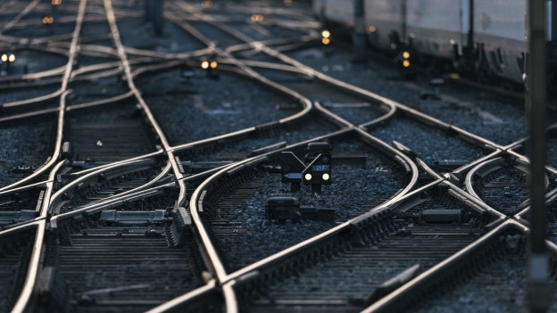 Geleisfeld mit Signalen, Fahrleitungen und Weichen.
