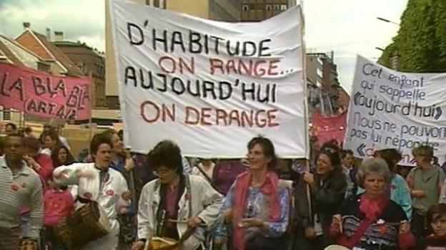 «Normalerweise räumen wir auf… Heute stören wir», Bannerspruch vom Frauenstreik 1991 in der Romandie.