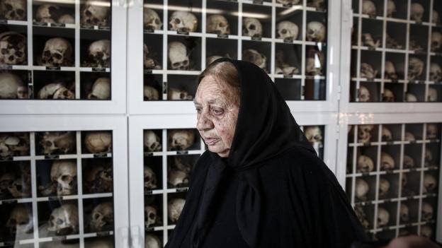 Eine alte Frau in Trauer vor einem Gedenkschrein im Dorf Distomo, wo Nazi-Truppen 1944 214 Zivilisten ermodrdeten.