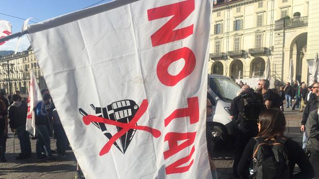 «No Tav» – kein Hochgeschwindigkeitszug. Das ist der Kampfruf der Gegner. Eine der vielen No Tav-Fahnen am 1. Mai-Umzug in Turin.