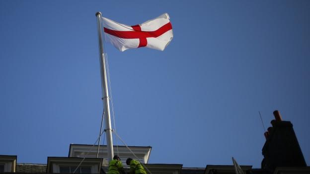 Zu sehen ist die englische Flagge, das Kreuz des Heiligen Georg: Symbol des englischen Nationalismus.