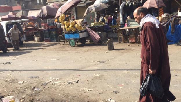 In Kairos Slums wuchern die Müllberge: Während dort die Armut immer grösser wird, widmet sich Präsident al-Sisi seinen Mega-Bauprojekten, um an  Kredite des IWF heranzukommen.