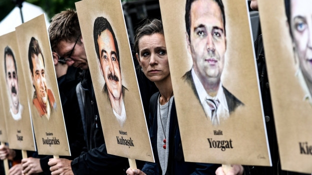 Menschen halten Portraits von getöteten Migranten hoch - Dies während des NSU-Prozesses 2018.