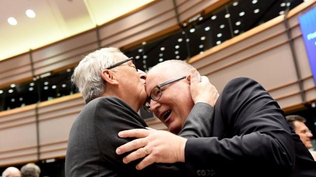 Das Bild zeigt EU-Kommissionschef Jean-Claude Juncker, der die Stirn seines möglichen Nachfolgers Frans Timmermans küsst.