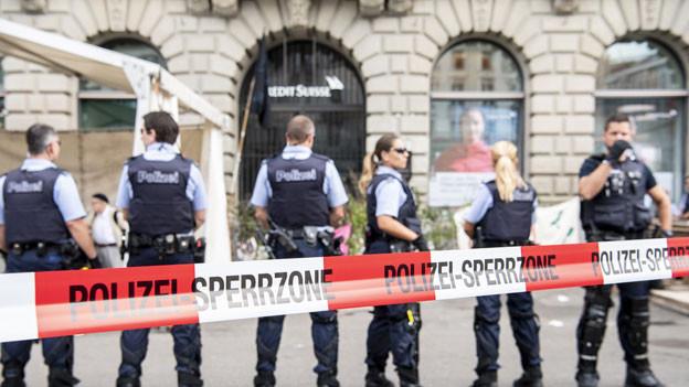 Polizisten sperren den Eingang der Schweizer Bank Credit Suisse ab am 8. Juli 2019 auf dem Paradeplatz in Zürich.