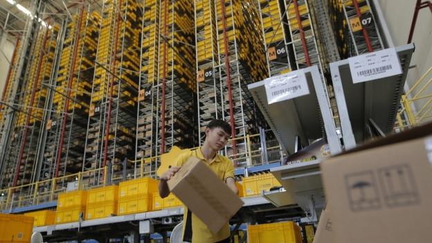 Ein Logistiker beim Sortieren im Nanjing Suning Yuhua logistics Center in Nanjing.