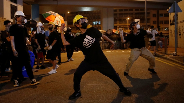 Demonstranten bewerfen eine Hongkonger Polizeistation mit Eiern.