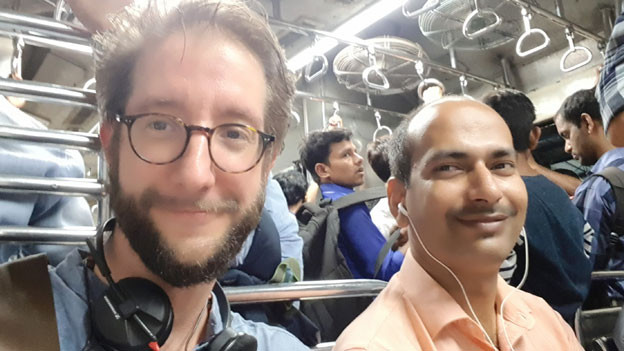SRF-Südasienkorrespondent Thomas Gutersohn (links) in der S-Bahn in Mumbai.