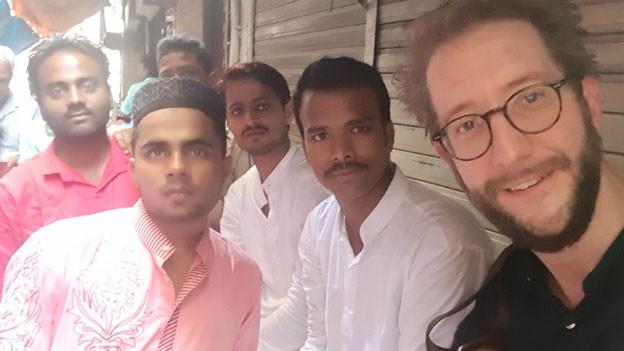 SRF-Südasienkorrespondent Thomas Gutersohn (rechts)  im Slum Dharavi.