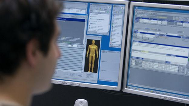Ein medizinischer Fachmann studiert Informationen auf einem Bildschirm, um einem Patienten Rat per Internet oder Telefon erteilen zu können. Symbolbild.