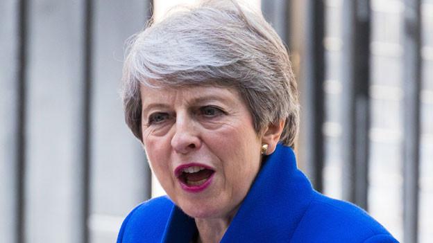 Die britische Premierministerin Theresa May, bevor sie die Downing Street 10 verlässt am 24. Juli 2019.