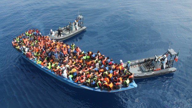Das Bild zeigt ein Flüchtlingsboot auf dem Mittelmeer bei einer Rettungsaktion im Juni 2015.