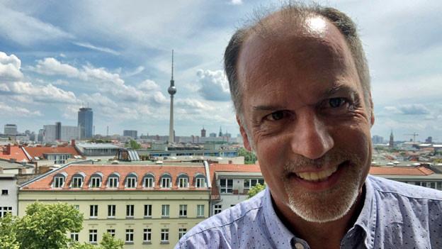 Deutschland-Korrespondent Peter Voegeli vor der Zionskirche in Berlin.