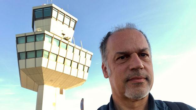 Deutschland-Korrespondent Peter Voegeli vor dem Tower des Flughafens Tegel in Berlin.