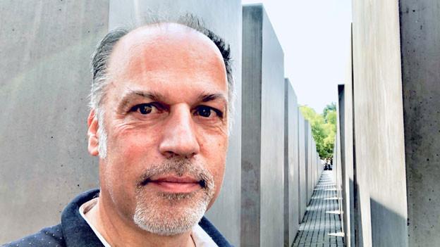 SRF-Deutschlandkorrespondent Peter Voegeli steht vor dem Holocaust-Mahnmal in Berlin.