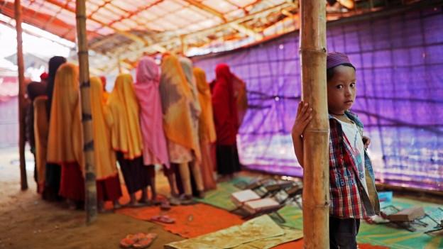 Ein Junge steht in einem Zelt im Flüchtlingslager Cox's Bazaar