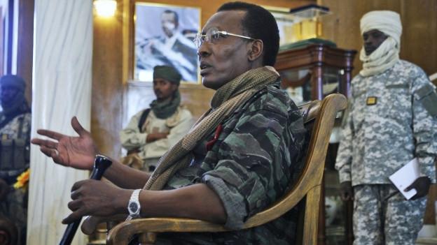 Tschads Präsident Idriss Debay im Militäranzug an einer Besprechung.
