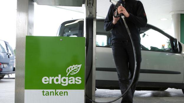 Ein Mann tankt an der Erdgas-Tankstelle bei der Autobahnraststätte Pratteln. Symbolbild.