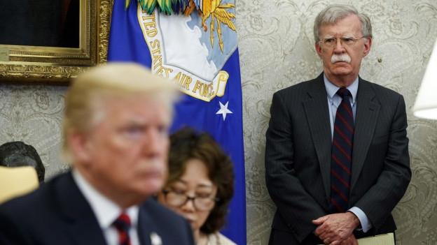 Das Bild zeigt den zurückgetretenen - oder je nach Auslegung gefeuerten - US-Sicherheitsberater John Bolton. Im Vordergrund, unscharf, ist US-Präsident Trump zu erkennen.