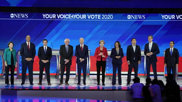 Die zehn Kandidaten der Demokraten stehen auf einer Bühne