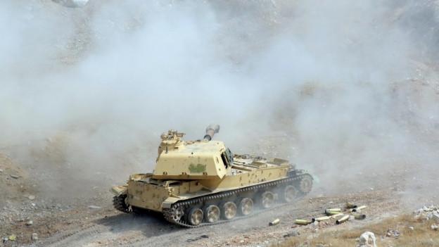 Ein Panzer fährt auf syrischem Gebiet.