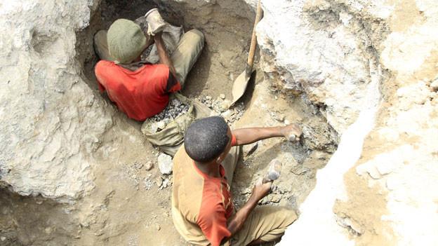 Die Nachfrage nach Kobalt ist riesig und unverzichtbar für die Herstellung von wieder aufladbaren Batterien und demzufolge für die Handy-Produktion. Bild: Bergleute arbeiten in einem Kobaltminenschacht in Tulwizembe, Provinz Katanga, Demokratische Republik Kongo.