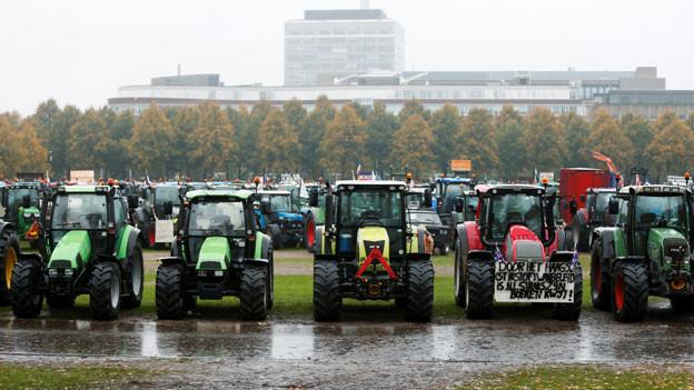 Traktoren blockieren den Verkehr in Den Haag, Niederlande, am 16. Oktober 2019.