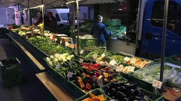 Seit 1928 verkauft die Familie Rinderknecht ihre Ernte auf Zürcher Wochenmärkten - dreimal die Woche. Auf dem Bild: Frühmorgens beim Herrichten des Marktstandes am Wochenmarkt Guggachstrasse in Zürich.