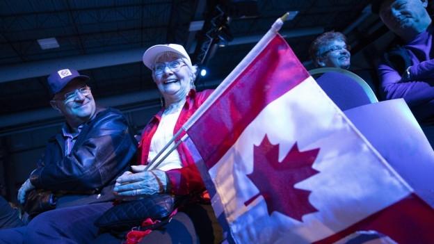 Unterstützer des Konservativen Andrew Scheer warten auf die Wahlergebnisse am Hauptsitz der Partei in Regina, Kanada.
