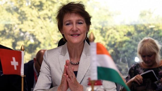 Das Bild zeigt Bundesrätin Simonetta Sommaruga, im Vordergrund sind eine kleine Schweiz-Flagge und eine kleine Indien-Flagge.