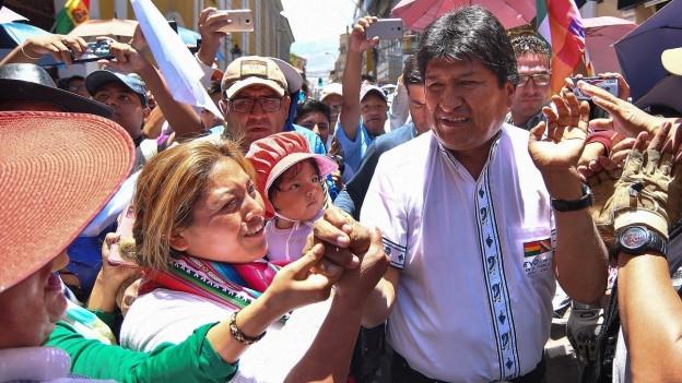 Morales in einer Menschenmenge