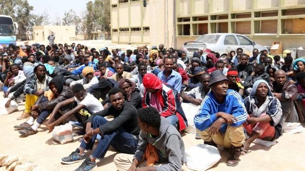 Das Bild zeigt Migranten aus Afrika in einem Flüchtlingslager in der libyschen Region Misrata im Mai 2015.