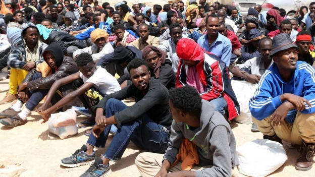 Das Bild zeigt Migranten in einem Flüchtlingslager in Libyen.