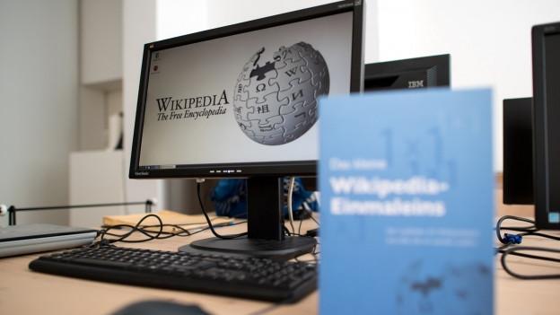 Zu sehen ist ein Computerbildschirm, auf dem die Hauptseite des Online-Lexikons Wikipedia abgebildet ist.