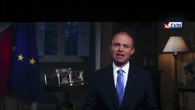Zu sehen ist der maltesische Regierungschef Joseph Muscat in einem Fernsehbild.