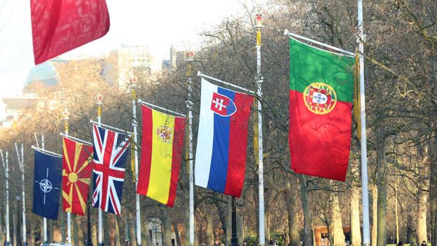 Die Fahnen der Nato-Teilnehmer vor dem Gebäude des Nato-Gipfels in London.
