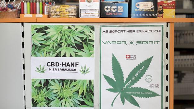 Plakate werben für den Verkauf von legalem Cannabis, mit einem THC-Wert von unter 1 Prozent.