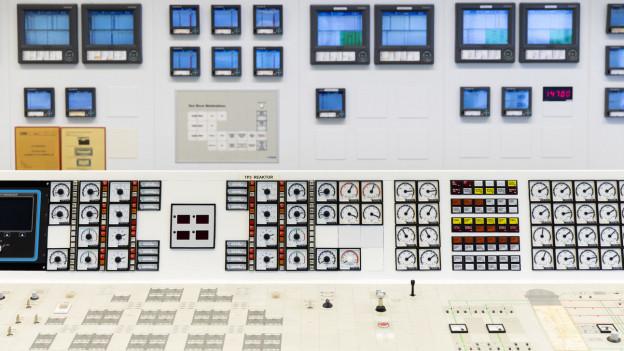 Im Kontrollraum des KKW Mühleberg: Ein Pult mit Messanzeigen, Instrumenten und Regleren des Reaktors.